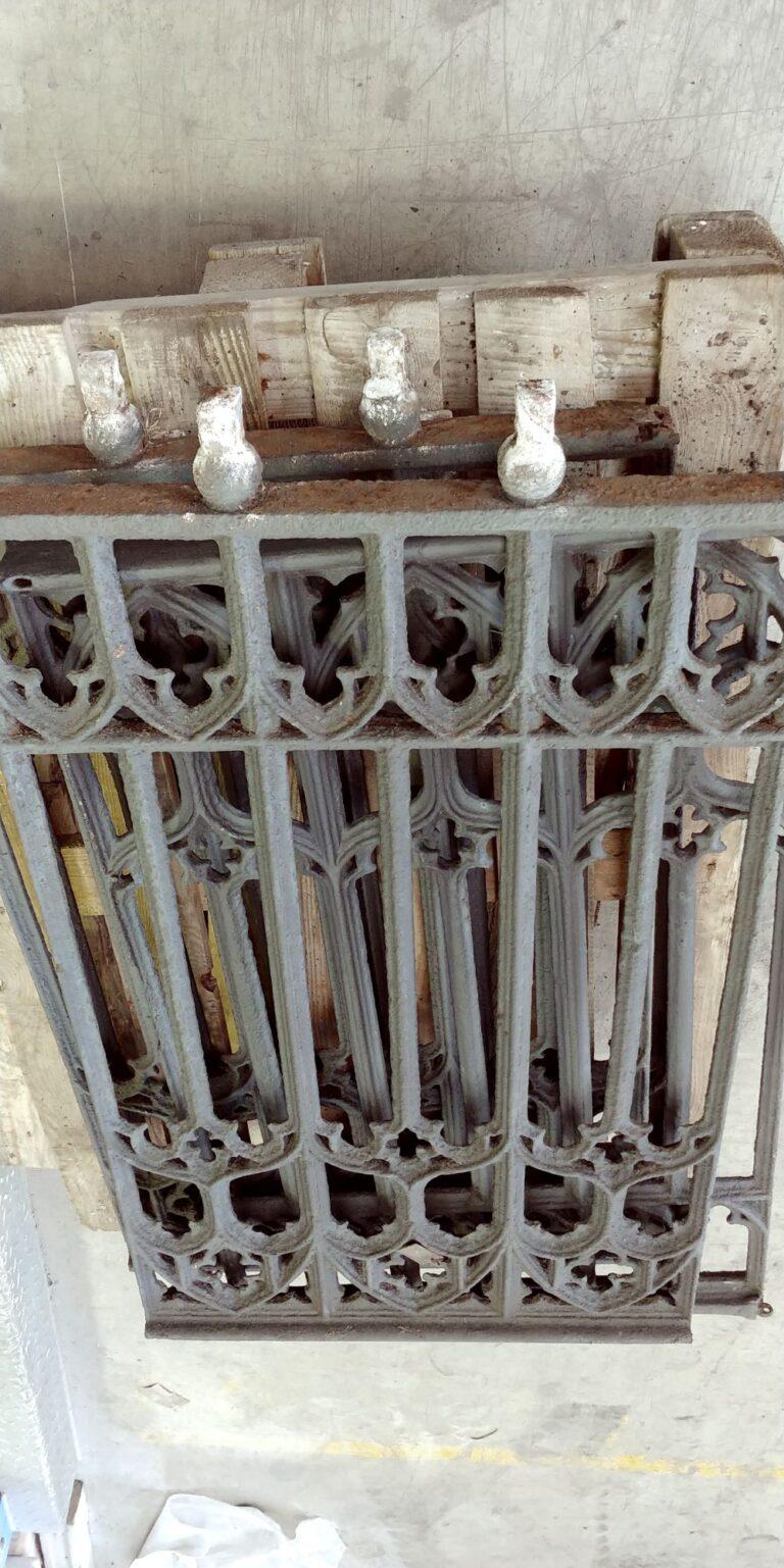 Zabytkowe ogrodzenie ze stali