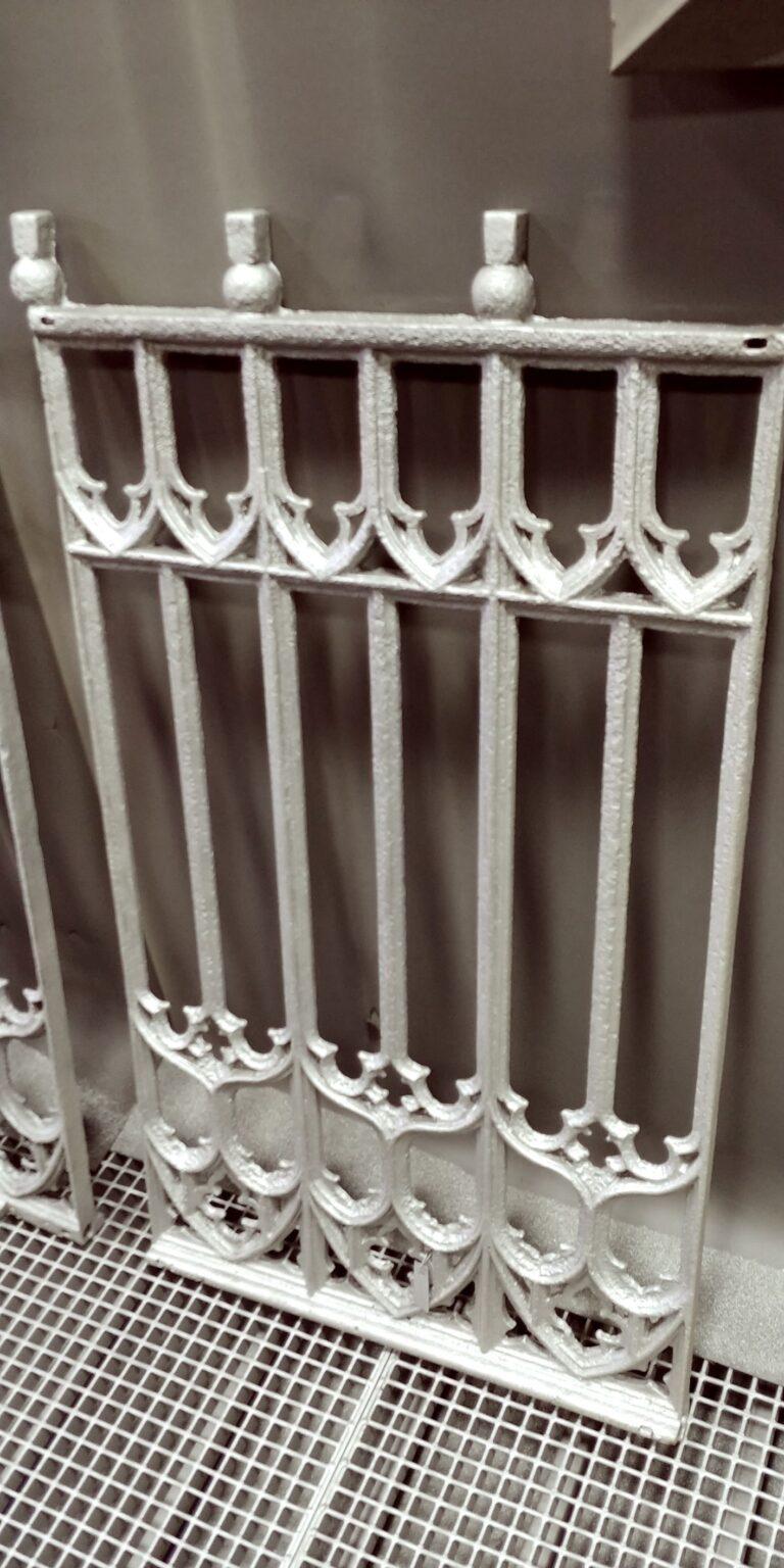 zabytkowe ogrodzenie po renowacji